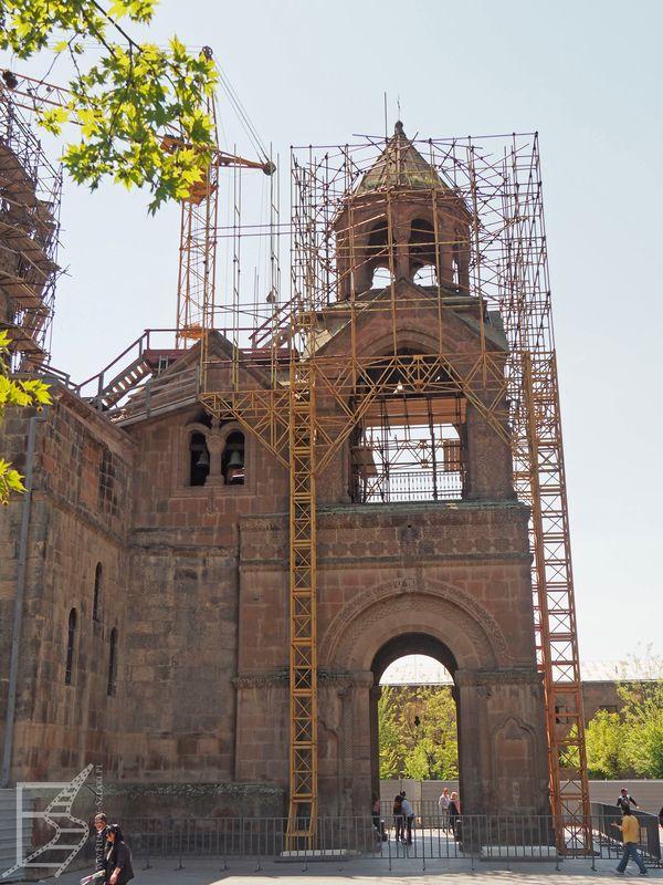 Katedra Wagharszapat  w remoncie