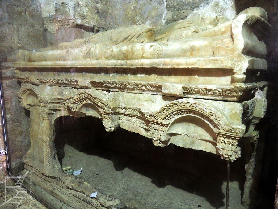 Rozbity grobowiec