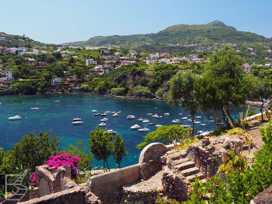 Ischia - widok z zamku na wyspę, miasto i zatoczkę