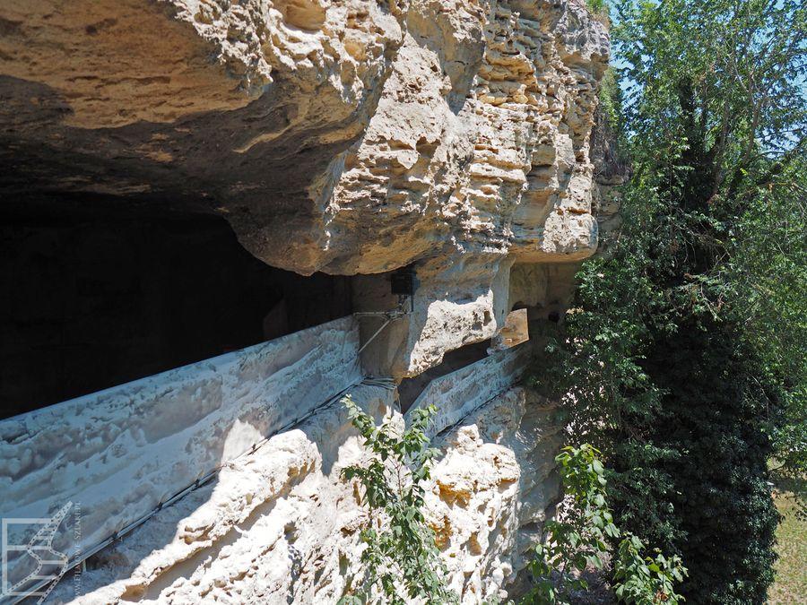 Obłupana ściana odkrywa skalne miasto Aładża