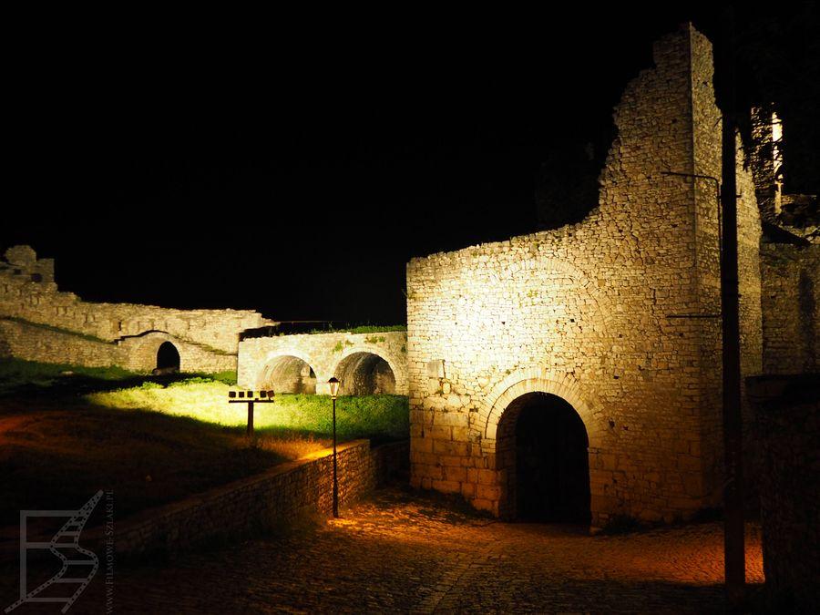 Zamek w Beracie nocą